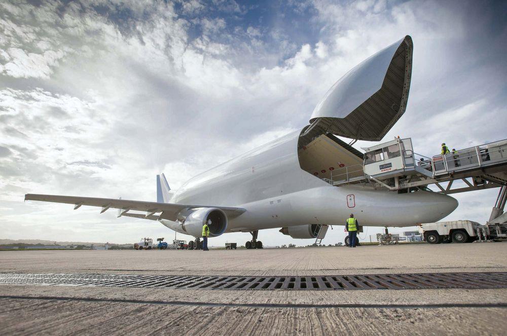 Her er en A350-vinge i ferd med å lastes ombord i Beluga på Airbus' vingefabrikk i Broughton. Deretter flys vingen til sluttmongeringsfabrikken (FAL) i Toulouse.