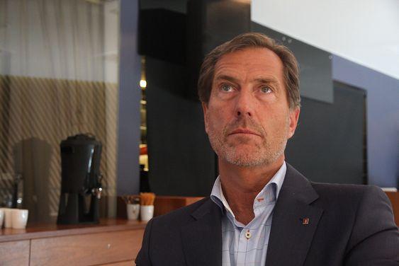 Walter Qvam, konsernsjef Kongsberg Gruppen ser ikke mørkt på utsiktene, selv om nedgangen i offshore merkes. Konsernet har flere bein å stå på. FoU-aktiviteten holdes oppe, sier Qvam.