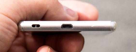 Ednelig åpen: Sony Xperia Z3+ har fått en åpen micro USB-port til tross for at den er like vanntett som forgjengeren. Men det kan nok lønne seg å tørke ut saltvannet i porten før man stikker inn laderen