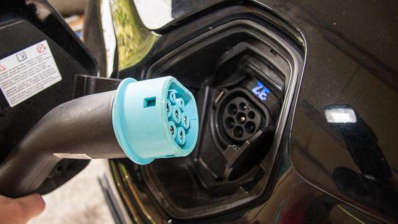 Noen elbilprodusenter anbefaler at du plugger inn så snart du har mulighet, mens andre anbefaler at du ikke lader et batteri som har nær full kapasitet.