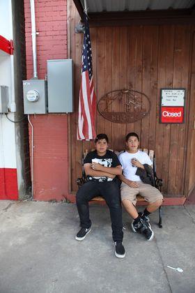 13-åringene Ernesto Alvarez og George Urrutia så den svarte røyken fra skolen da en av brønnene nylig eksploderte.