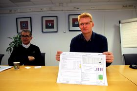 Ett ark: Daglig leder i Kongsberg Devotek, Frode Bergan, viser fram A3-arket som alltid skal utarbeides etter møter i de enkelte prosjektgruppene.