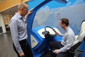 Verdensledende på bil: Ivar Haug(t.v.) og Simen Skiaker leder forskning og utvikling hos Kongsberg Automotive. Denne nye demobilen viser hvilke systemer KA er verdensledende på, som f.eks. girskift. Foto: Tormod Haugstad