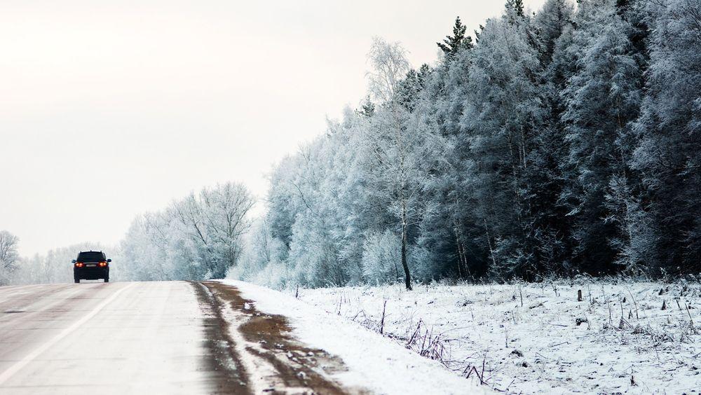 Om du kjører i 110 kilometer timen på en ekstremt glatt vei kreves det mer enn 400 meter lengre stopplengde for å stoppe bilen enn på tørr asfalt.