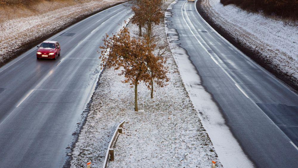 På E6 utenfor Helsingborg kombineres salt og sukkerbete for å forhindre isete vinterveier.