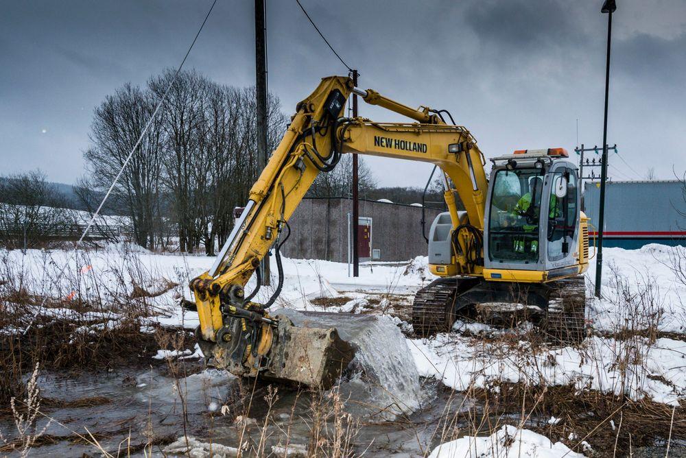 Lørenskog kommune graver opp vannledningen som sprakk, for å finne ut av årsaken, men den vil nå bli skiftet. Foto: Vidar Sandnes