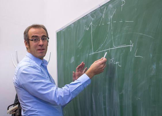 Skal bygge opp norsk kompetanse: Førsteamanuensis ved Universitetet i Oslo, Erik Adli, har vært med på å utvikle helt ny teknologi for partikkelaksellerasjon ved Stanford University. Nå skal han bygge opp kompetanse på akselerasjon i Norge.