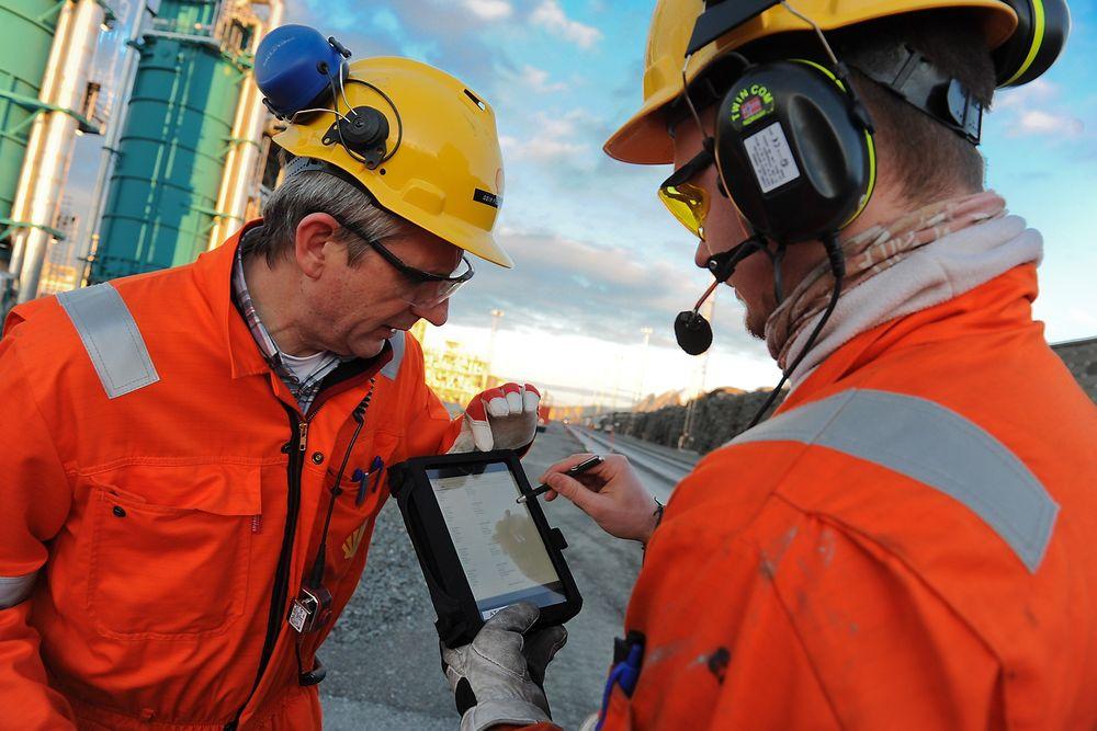 Shell har innført mobile løsninger for arbeidstillatelser i Nyhamna. Det vil de etter hvert spare 100 arbeidstimer dagen på. Her er ansvarlig for prosjektet, Geir Fillip Håseth, sammen med operatør Hans Jørgen Løseth.