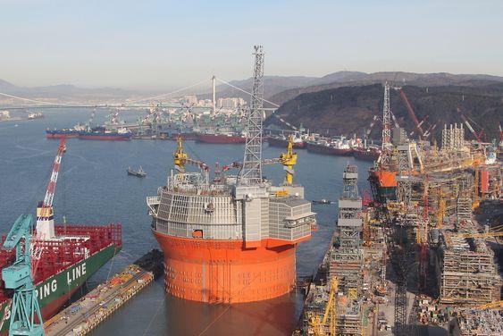 Goliat på vei ut av H-dokken ved Hyundais offshoreverft i Ulsan. Bildet er tatt rett før jul.