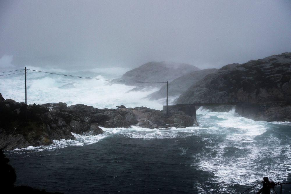 Ekstremværet Nina førte til mørklegging mange steder i Sør-Norge. Flere av dem kunne vært unngått. Her fra Øygarden i Hordaland lørdag ettermiddag. Foto: Marit Hommedal /NTB scanpix