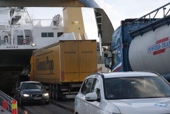Moss-Horten-ferjene må laste og losse parallelt for å holde tidsskjemaet. Mens tungtransporten kjører på i øverste plan, kjører personbilene ut fra bildekket under.