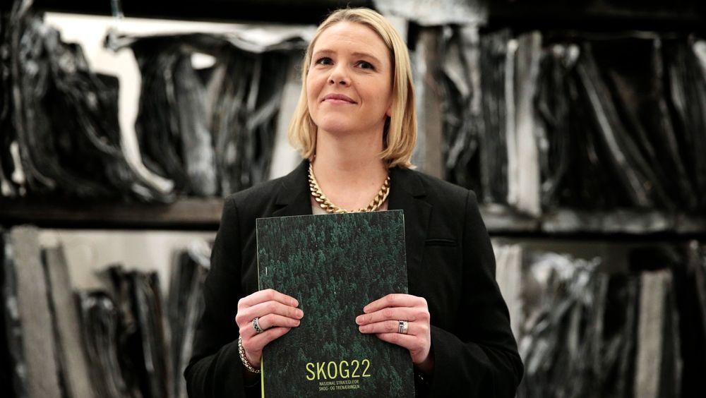 Landbruksminister Sylvi Listhaug (Frp) mottok mandag rapporten om skognæringen.