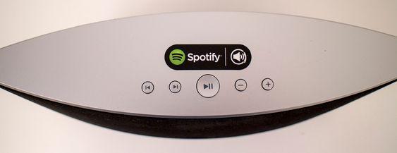 """Fra toppen. Begge høyttalerne fra Philips er svært enkle. De har knapper for neste og forrige melodi, volumknapper og den """"magiske"""" Spotifyknappen. Den spiller videre der du slapp selv om telefonen er skrudd av."""