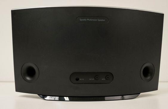 Bassrefleks: Philips SW700M har en svært enkel bakside. Et par knapper for wifi-oppsettet og to åpninger for bassrefleks