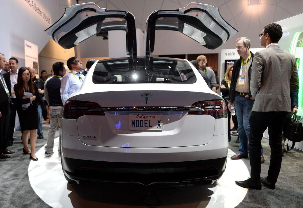 Tesla Model X-konseptet med de karakteristiske falkevingedørene på utstilling på CES i Las Vegas tidligere i år.