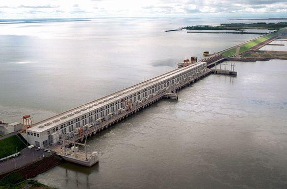 Yacyreta-dammen i Argentina og Paraguay.