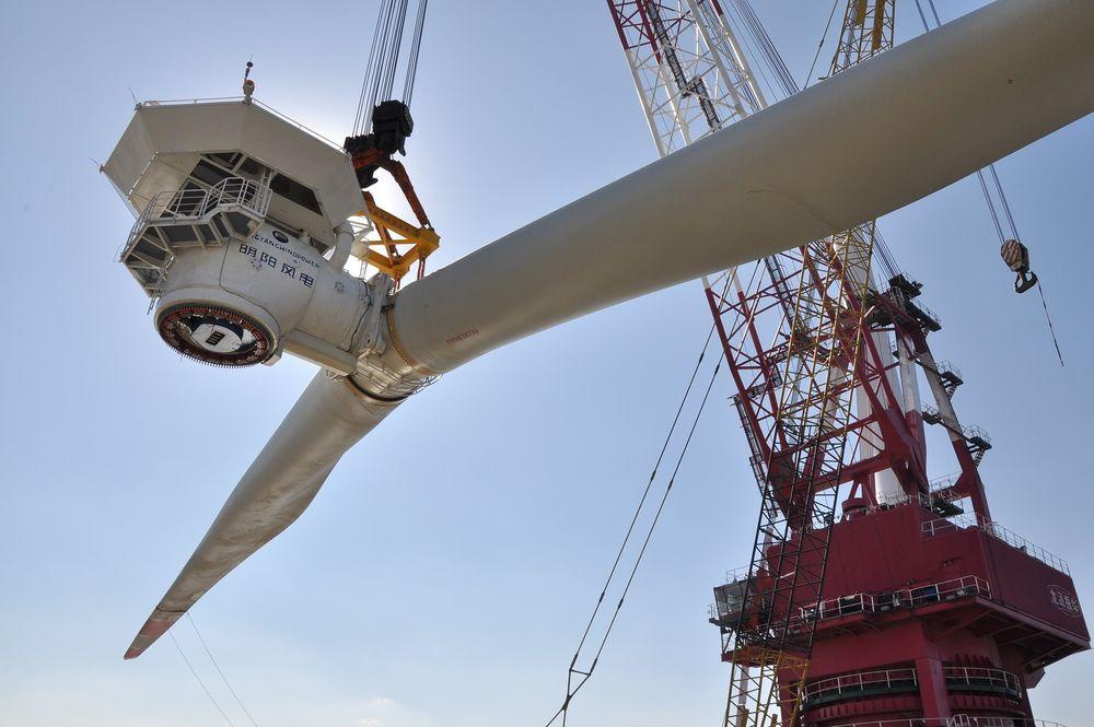 For første gang går flere aktører sammen om å demonstrere nye havvind-metoder i Norge. Partnerne vil at denne to-blads turbinen (6 MW), som ble installert i Kina før jul, skal settes opp utenfor Karmøy.
