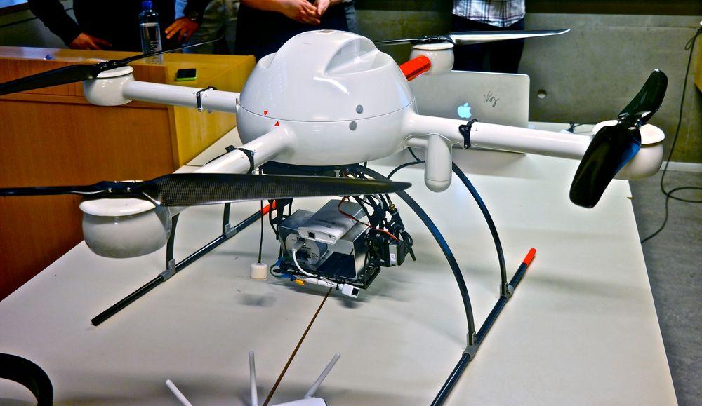 Tåler frakten: Studentene har funnet ut at Microdrones md4-1000 droner kan egne seg i redningsaksjoner, på grunn av at de tåler å frakte med seg en mobil basestasjon.