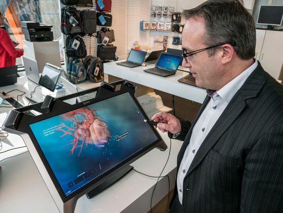 Du ser ikke hva jeg ser: Det er ikke så lett å vise i 2D hva direktør i HP Norge, Verner Hølleland ser på skjermen i 3D, men vi har sett det og ble imponert.