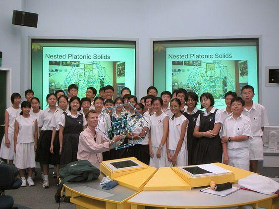 Lang fartstid: De mest begavede elevene i Singapore blir plukket ut til et eget akademisk program hvor de får ekstra oppfølging og undervisning. Forsker Helmer Aslaksen holdt forelesning i geometri for elever i åttende klasse, som er med på dette programmet.