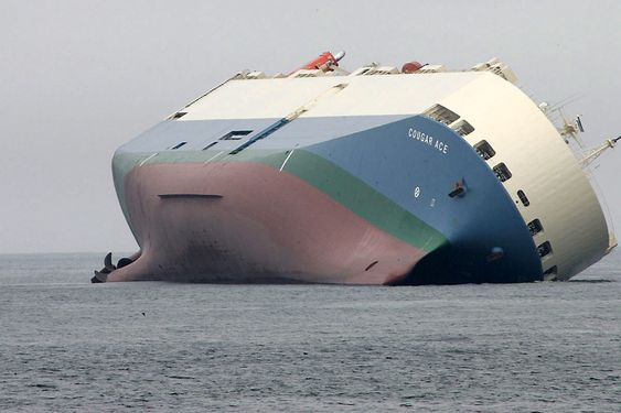 Japanske Cougar Ace fikk slagside på 60 grader og forliste utenfor Alaska i 2006. Skipet ble reddet, men lasten på over 5000 Mazdaer ble ødelagt.