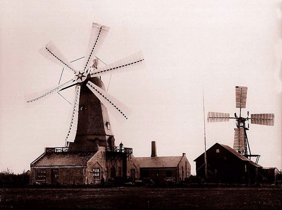 Professor Poul la Cour revolusjonerte vindkraftteknoloigen. Bildet viser datidens mest avanserte vindmølle, testturbinen i Askov i 1857.