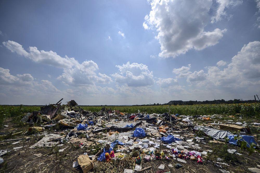 I en eng i nærheten av landsbyen Hrabove øst i Ukraina befinner restene av MH17 seg. B777-flyet fra Malaysia Airlines ble skutt ned 17. juli i fjor. Bildet er tatt seks dager senere.