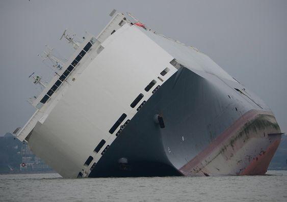 Höegh Osaka ligger på sandbanken Bramble Bank ved Southampton etter at los og kaptein så det som tryggest å sette den på grunn på grunn av slagside.