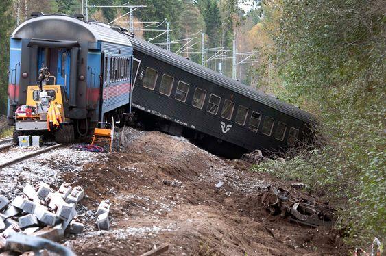 Skinnegangen mellom svenskegrensen og Oslo er av varierende kvalitet. I 2010 sporet et SJ-tog på vei fra Oslo til Stockholm av ved Skotterud stasjon. To vogner havnet utenfor skinnene, og flere titalls passasjerer har blitt sendt til sykehus. FOTO: ESPEN BRAATA / VG .