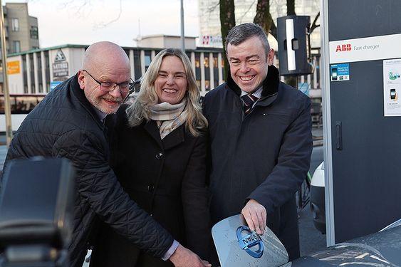 Konserndirektør Kommunikasjon i BKK, Tonny Nundal, fylkesvaraordfører Mona Hellesnes og byråd Henning Warloe i Bergen kommune åpnet verdens største hurtigladepark mandag 19. januar.