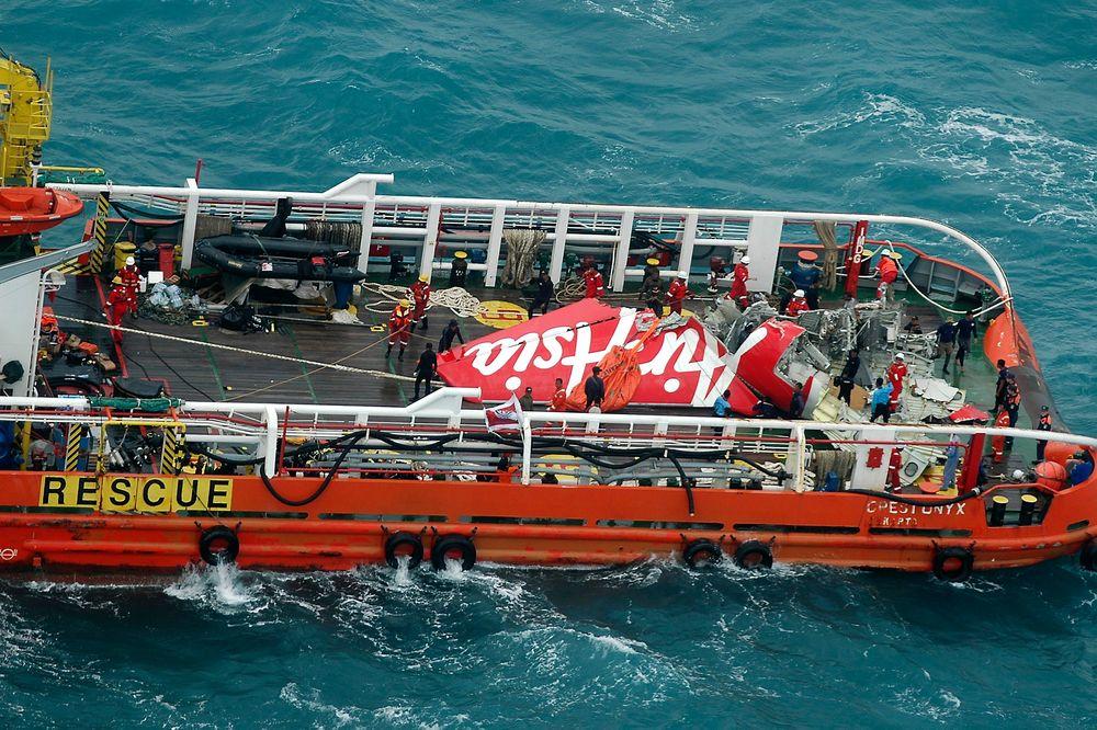 AirAsia-flyets haleparti ble lørdag hentet opp av havet. Her ligger det på dekk i redningsbåten Crest Onyx.