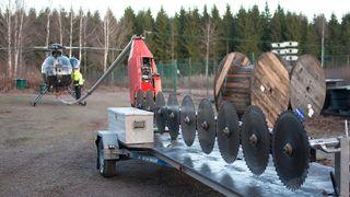 Her kapper de trær med helikoptermontert motorsag