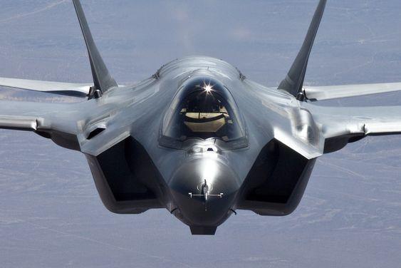 Maskinkanonen på F-35A, som Norge har bestilt, sitter over det venstre luftinntaket (til høyre på bildet).