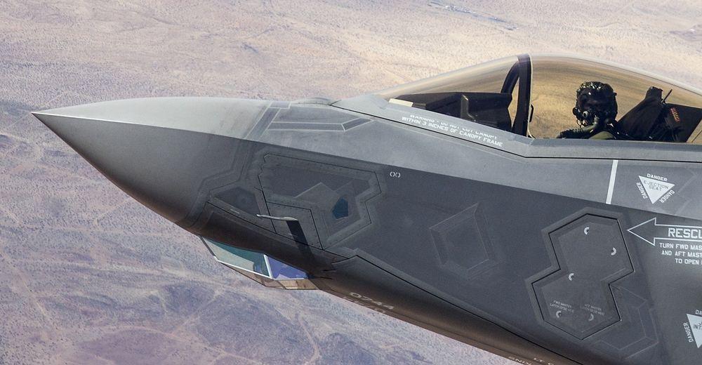 Den optiske sensoren EOTS sitter i innkapslingen under snuta på F-35.
