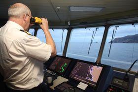 Kaptein Ole Johan Andreassen på hurtigruteskipet Nordlys fører skipete i sikk-sakk forbi grunner og skjær utenfor Stad på en unormalt stille novemberdag..