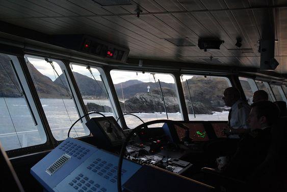 Nordlys seiler forbi Stad. Avstanden til land er liten og farvannet fullt av grunner og skjær. I dårlig vær er det risikofylt å seile her.
