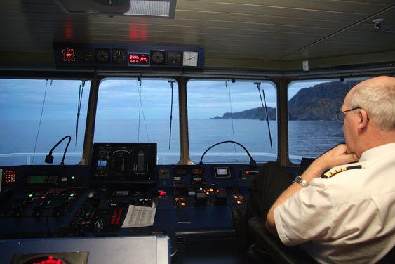 Kaptein Ole Johan Andreassen på Nordlys fører skipete i sikk-sakk forbi grunner og skjær utenfor Stad på en unormalt stille novemberdag.