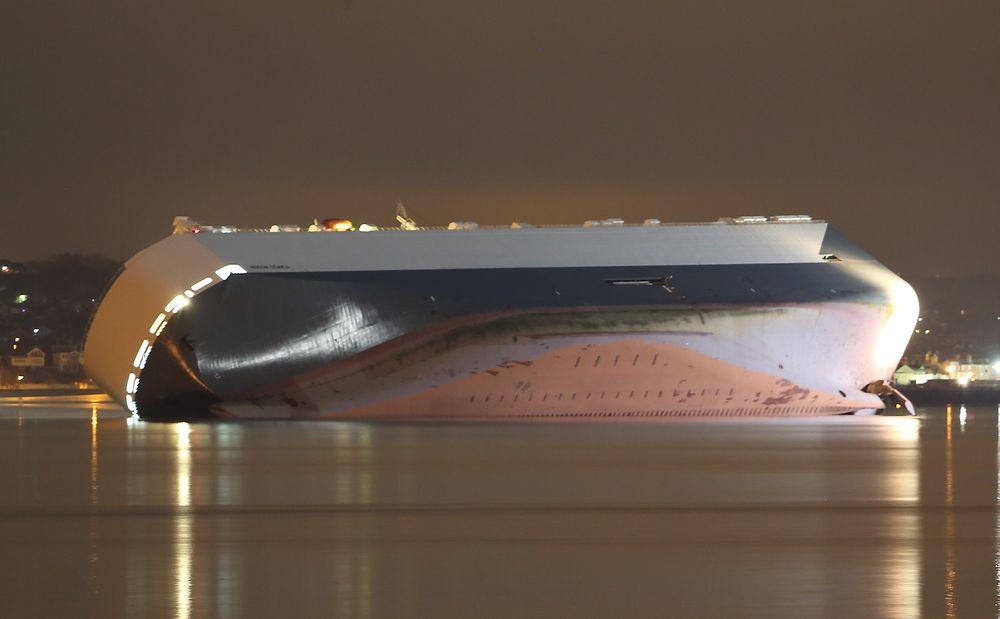 Höegh Osaka på Bramble Bank ved Solent, innseilingen til Southampton. Skipet ble onsdag buksert tre kilometer østover for å være mindre til hinder for skipstrafikk.