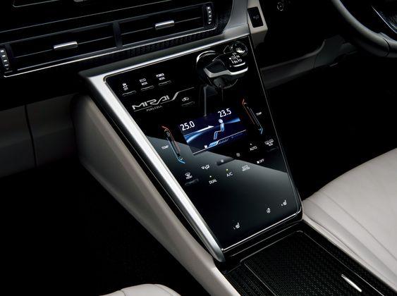 Styringen av mange sentrale funksjoner er plassert i midtkonsollen på Toyota Mirai.