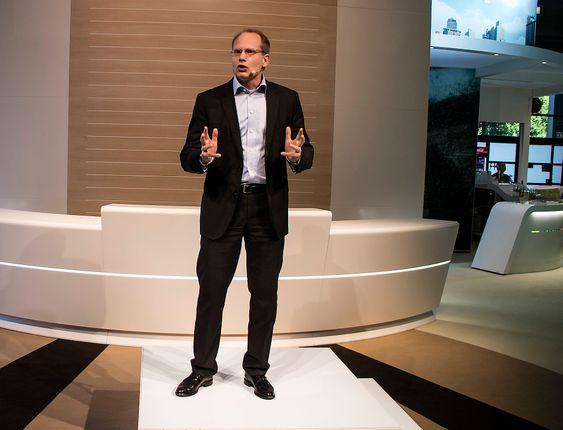 Frelst på strøm: Sjefen for Volvo Buses, Håkan Agnevall formerlig gløder når han skakker om bussens elektriske fremtid.