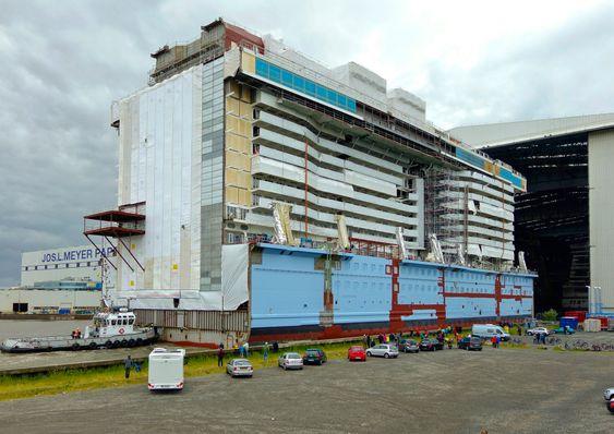 En seksjon til Ovation of the Seas på vei inn i tørrdokka hos Meyer Werft i Papemburg. Her skal verdens første cruiseskip med LNG-motorer bygges.