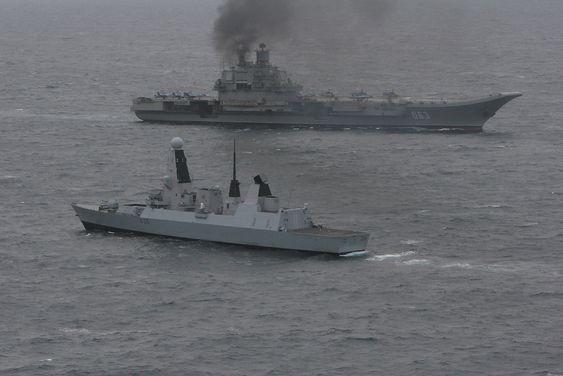 Det russiske hangarskipet Admiral Kuznetsov på vei nordover i Den engelske kanalen i mai 2014, der det følges av en britisk Type 45-jager.