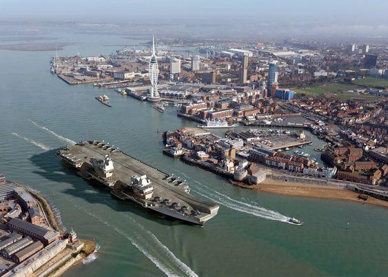 Illustrasjon (CGI) av HMS Queen Elizabeth som ankommer Portsmouth.