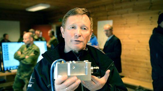 FFI-forsker Einar Østevold med den egenutviklede navigasjonsenheten som skal brukes til AR-formål.