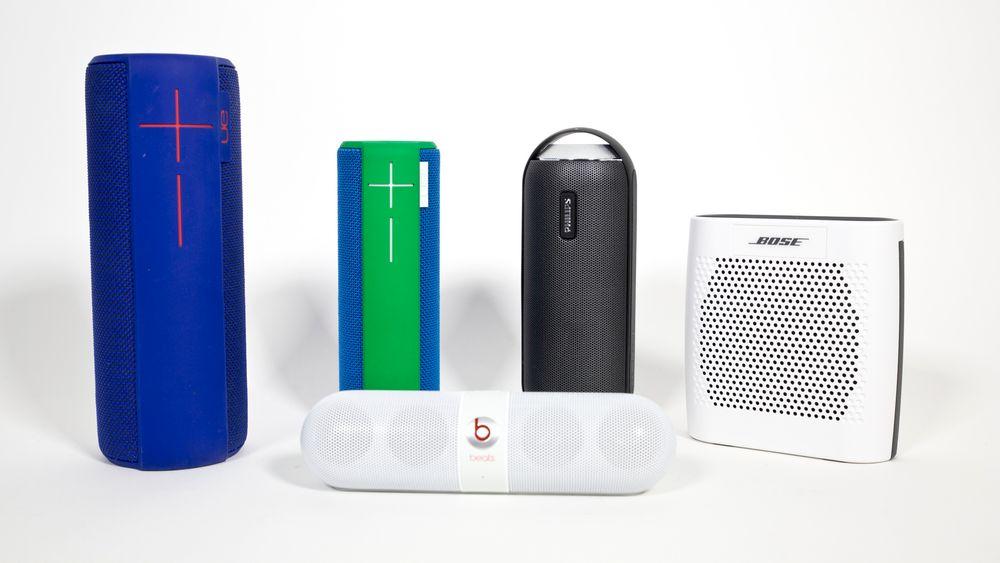 Testmodellene fra venstre bak: Logitech UE Megaboom, Logitech UE Boom, Philps BT6000B, Bose Soundlink Colour. Foran Beats Pill.