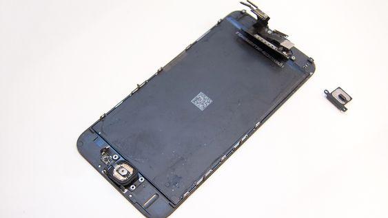 Skjermen er limt fast til glassplaten på telefonen. Å fjerne den krever presisjon.