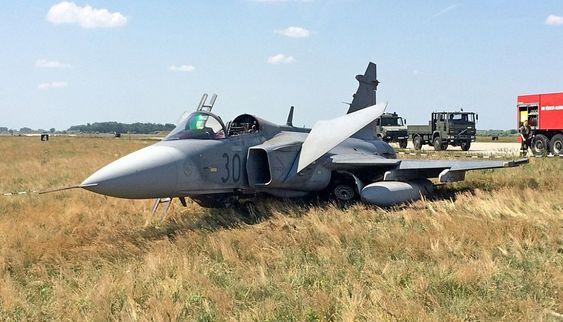 Det ungarske kampflyet av typen Saab Jas-39C Gripen etter buklandingen på flybasen Kecskemét onsdag 10. juni.