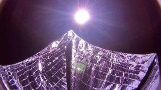 Den unike satellitten heiste solseilet