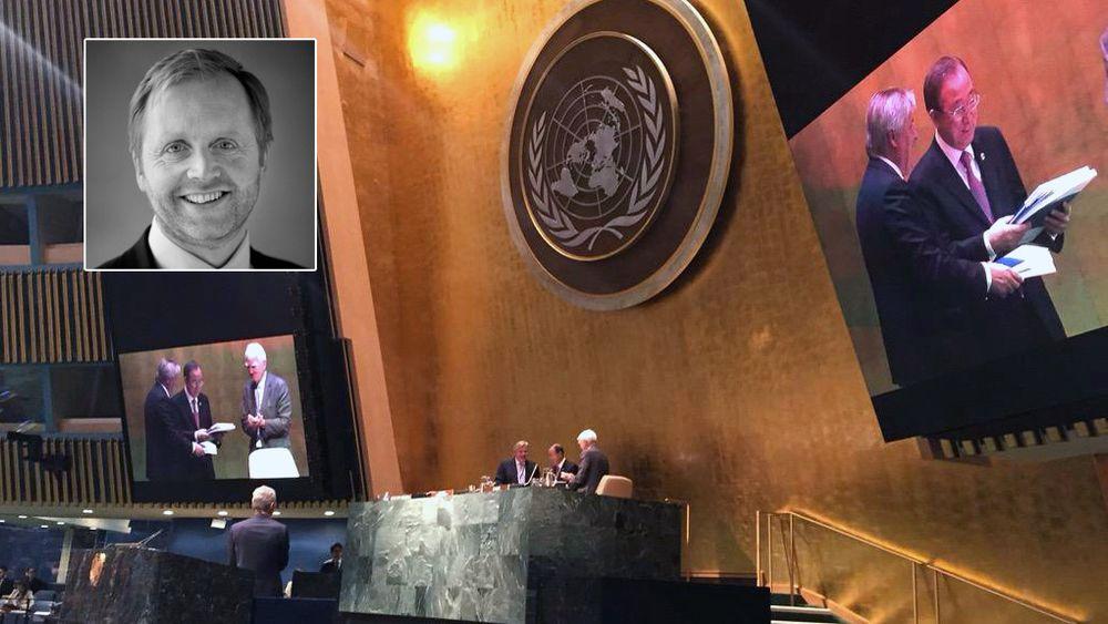 Her overleverer CEO i DNV GL, Henrik O. Madsen, deres bærekraft-rapport til FNs generalsekretær Ban Ki-moon