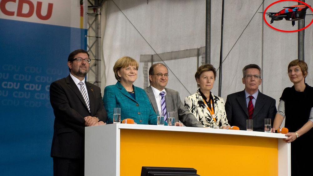 Det var 15. september 2013 at en drone krasjlandet på scenen foran Angela Merkel (nummer to fra venstre) og hennes partifeller fra CDU under et valgkampmøte i Dresden.